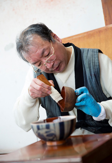 Takashi has been lacquering with no time to get lost or worry about, for more than 40 years of being a lacquer painter. In recent years, he also taps the lacquer and plants the trees.